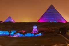 De Piramides en de Sfinx in de nachtlichten, Giza, Egypte stock foto's