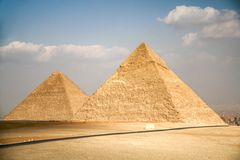 De piramides van Giza in de woestijn buiten Kaïro, Egypte royalty-vrije stock foto's