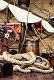 De piraten verschepen dek met stuurwiel en vlag Royalty-vrije Stock Foto