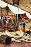 De piraten verschepen dek met stuurwiel en vlag Royalty-vrije Stock Fotografie