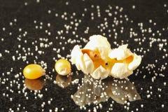 De pitten van de popcorn die door zoute korrels worden omringd royalty-vrije stock afbeelding