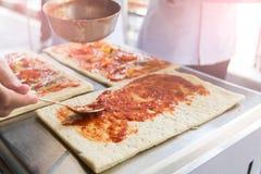 De pizza is een Italiaans die restaurant dat rond de wereld door chef-koks wordt gekookt populair is die de schotels kunnen doen  Stock Afbeelding