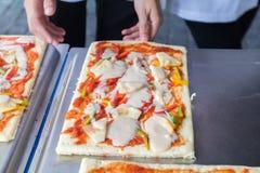 De pizza is een Italiaans die restaurant dat rond de wereld door chef-koks wordt gekookt populair is die de schotels kunnen doen  Royalty-vrije Stock Foto's