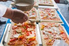 De pizza is een Italiaans die restaurant dat rond de wereld door chef-koks wordt gekookt populair is die de schotels kunnen doen  Stock Foto's
