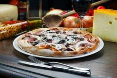 De pizza op a decorted lijst Stock Foto