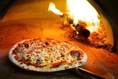 De pizza van de brandhoutoven royalty-vrije stock afbeeldingen