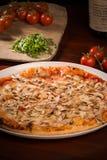 De pizza van de mozarellakaas met paddestoelen en arugula Stock Afbeelding