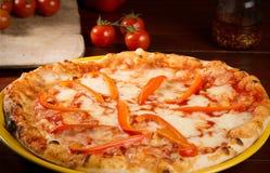 De pizza van de mozarellakaas met peperplakken en tomaten Stock Foto