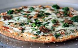 De Pizza van de Spinazie van de paddestoel Stock Afbeeldingen