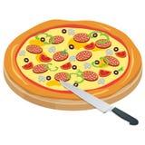De Pizza van Italië op het bord met de ingrediënten en het mes schrijven achtergrond Smakelijke pizza met Stock Fotografie