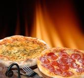 De pizza van pepperonis stock afbeeldingen