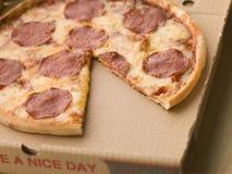 De Pizza van pepperonis in een Take Away Doos Stock Foto