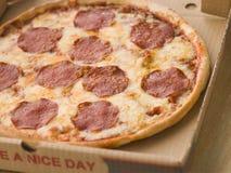 De Pizza van pepperonis in een Take Away Doos Royalty-vrije Stock Foto's