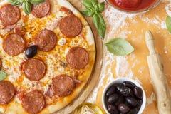 De pizza van pepperonis stock foto