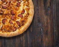 De pizza van Texas op rustieke, uitstekende stijl houten achtergrond Stock Foto's