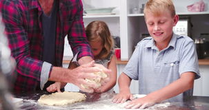 De Pizza van vaderand children making in Keuken samen stock video