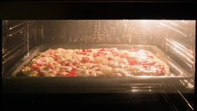 De pizza wordt gebakken in de oven, die pizza koken Close-up stock video