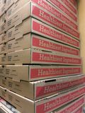 De pizzadozen stapelden Hoogte in een Italiaans restaurant de Bruine het voedsellevering van de kartondoos neemt royalty-vrije stock foto
