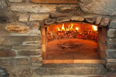 De pizzaoven van de huis openluchtsteen Traditionele pizzaproductie Voorbereiding van diner royalty-vrije stock afbeelding