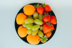 De plaat met verschillend soort vruchten stock foto's