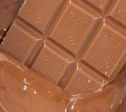 De plaat van de chocolade in vloeibare chocolade Stock Afbeeldingen