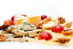 De plaat van de kaas die op een witte achtergrond wordt geïsoleerdl Stock Afbeelding