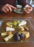 De plaat van de kaas op lijst Royalty-vrije Stock Afbeelding