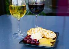 De plaat van de wijn en van de kaas royalty-vrije stock afbeeldingen