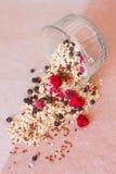 De plaat van eigengemaakte muesli met cornflakes, gevriesdroogde bosbessen, vriesdroogde frambozen, linnen royalty-vrije stock foto
