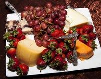De Plaat van het fruit en van de Kaas Stock Afbeelding