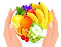 De plaat van het fruit in menselijke handen Royalty-vrije Stock Afbeeldingen