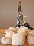 De plaat van kazen en fles wijn Stock Foto's