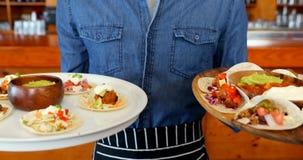 De plaat van de kelnersholding van Mexicaans voedsel in bar 4k stock videobeelden