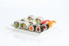 De plaat van sushi op witte achtergrond Stock Afbeelding