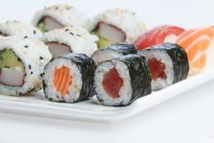De plaat van sushi op witte achtergrond Royalty-vrije Stock Fotografie