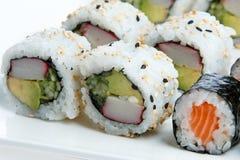 De plaat van sushi op witte achtergrond Royalty-vrije Stock Foto's