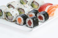 De plaat van sushi op witte achtergrond Stock Foto's