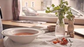 De plaat van tomatensoep diende met kaas en toosts in handen in moderne koffie worden gegoten die stock videobeelden