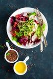 De plaat van de verse groentesalade van tomaten, Italiaanse mengeling, peper, radijs, groen spruiten en lijnzaad Vegetarische sch royalty-vrije stock foto