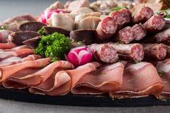 De plaat van vleesdelicatessen stock afbeeldingen