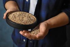 De plaat van de vrouwenholding met gemengde quinoa zaden stock foto