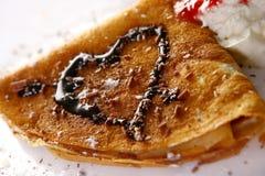 De plaat witn pannekoeken en aardbei van het dessert Stock Foto