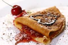 De plaat witn pannekoeken en aardbei van het dessert Stock Foto's
