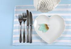 De plaats die van de dankzeggingseettafel in het moderne elegante lichtblauwe en witte plaatsen plaatsen Royalty-vrije Stock Foto's