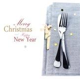 De plaats die van de Kerstmislijst met Kerstmisdecoratie plaatsen in silv Royalty-vrije Stock Foto's