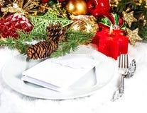 De plaats die van de Kerstmislijst met rode en gouden decoratie plaatsen Royalty-vrije Stock Afbeeldingen