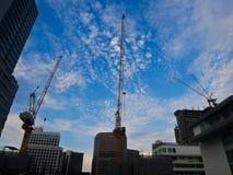De plaats van bouwcrane industry voor de hoge bouw en blauwe hemelachtergrond met exemplaarruimte royalty-vrije stock fotografie