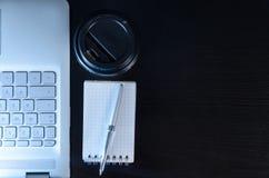 De plaats van het avondwerk en laptop Stock Afbeelding
