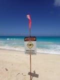 De plaats van het badmeesterwaarschuwingsbord in het zand op de strandwaarschuwing van Stock Fotografie