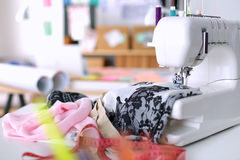 De plaats van het ontwerperwerk met naait mannequins, in bureau Stock Afbeelding